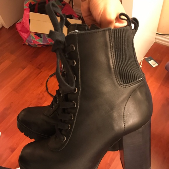 Steve Madden Shoes - Steve Madden Latch leather booties size 8